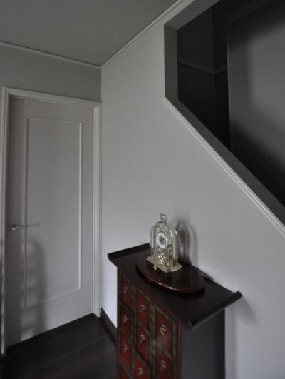 階段下ホール (パウダールームのある家)