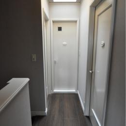 パウダールームのある家 (廊下)