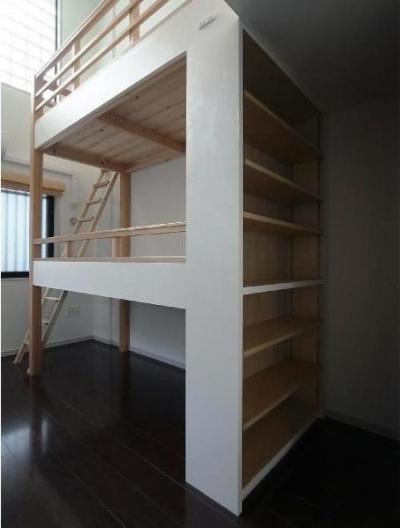 大きな2段ベッドのある子供部屋 (子供部屋 本棚が2段ベッドの支柱を兼ねる)