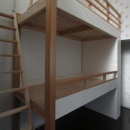大きな2段ベッドのある子供部屋