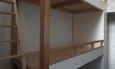 子供部屋 窓のある南側は開放的に柱で支える|大きな2段ベッドのある子供部屋