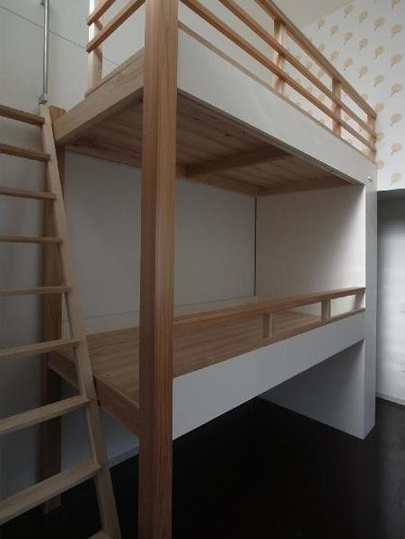大きな2段ベッドのある子供部屋の部屋 子供部屋 窓のある南側は開放的に柱で支える