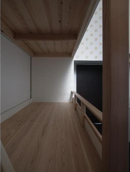 大きな2段ベッドのある子供部屋の部屋 子供部屋 1段目 床板は杉の三層パネル