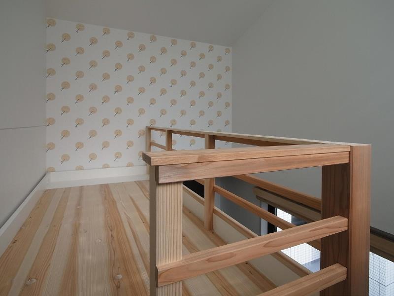 大きな2段ベッドのある子供部屋の部屋 子供部屋 2段目 アクセントの壁紙