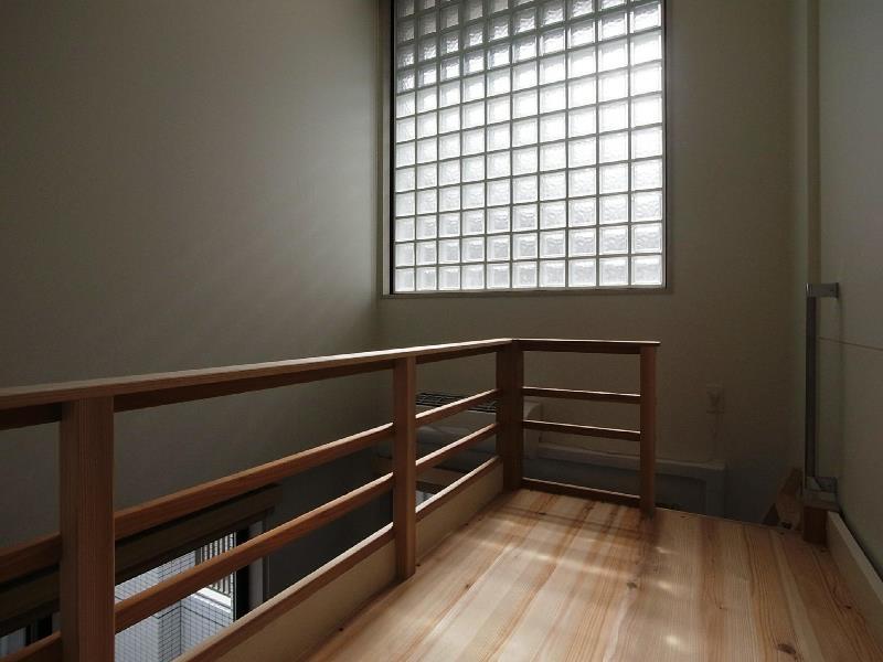 大きな2段ベッドのある子供部屋の部屋 子供部屋 ロフトのような2段目