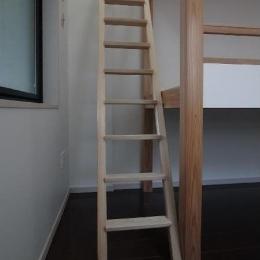 大きな2段ベッドのある子供部屋 (子供部屋 梯子もベッドの構造に一役買っている)