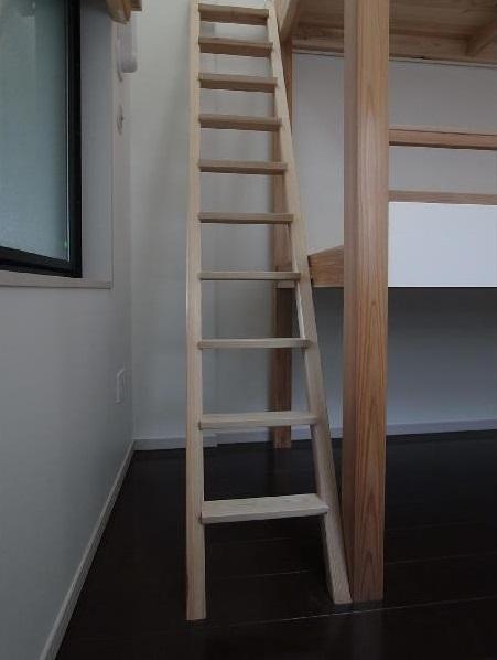 大きな2段ベッドのある子供部屋の部屋 子供部屋 梯子もベッドの構造に一役買っている