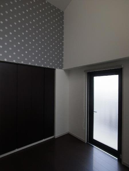 大きな2段ベッドのある子供部屋の部屋 寝室 内装の模様替え アクセントの壁紙