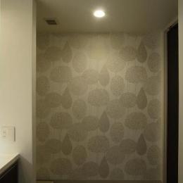 大きな2段ベッドのある子供部屋 (洗面所 内装の模様替え アクセントの壁紙)