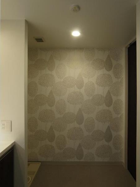 大きな2段ベッドのある子供部屋の部屋 洗面所 内装の模様替え アクセントの壁紙