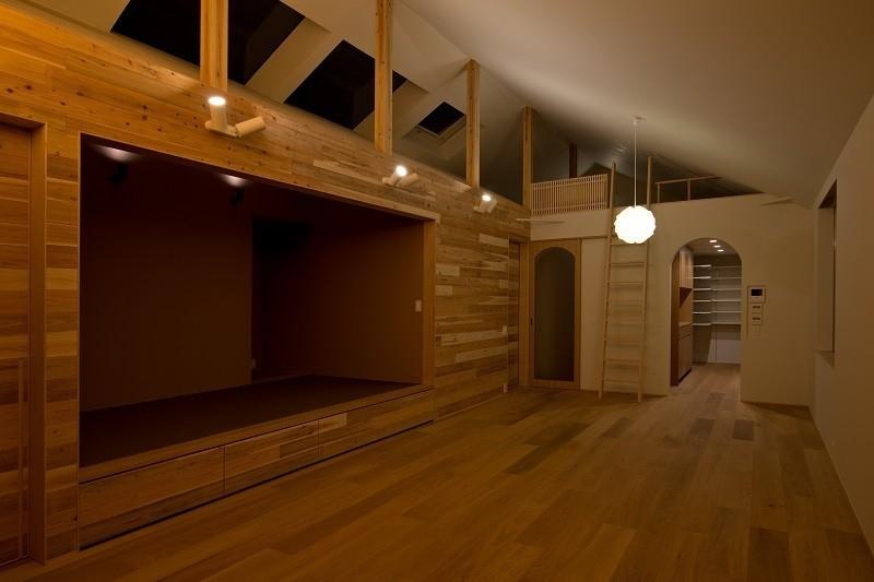 吉川の住まいの部屋 リビング(夕景)2