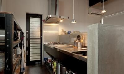 耐震性も断熱性も備えて好みのデザインで。木造をRC造や鉄骨造のような雰囲気に一新 (キッチン2)