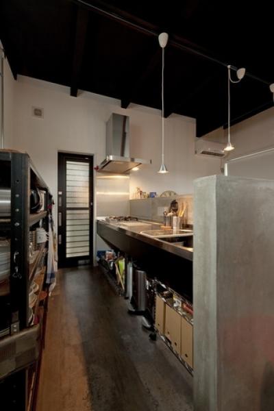 キッチン2 (耐震性も断熱性も備えて好みのデザインで。木造をRC造や鉄骨造のような雰囲気に一新)
