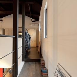 耐震性も断熱性も備えて好みのデザインで。木造をRC造や鉄骨造のような雰囲気に一新 (廊下)