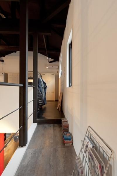廊下 (耐震性も断熱性も備えて好みのデザインで。木造をRC造や鉄骨造のような雰囲気に一新)