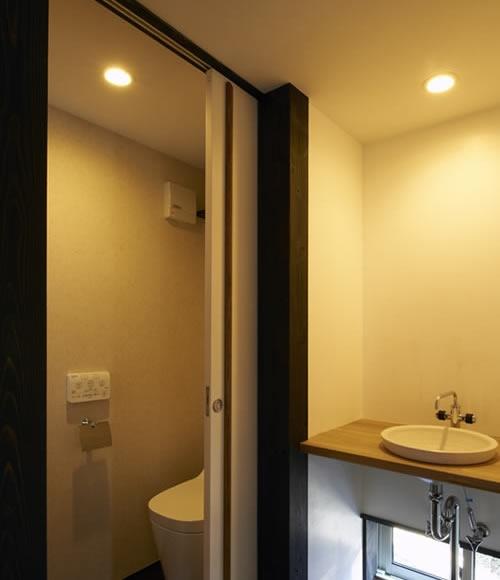 公園を望む家の写真 トイレ・洗面所