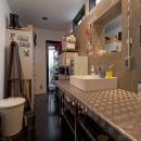 耐震性も断熱性も備えて好みのデザインで。木造をRC造や鉄骨造のような雰囲気に一新の写真 洗面所