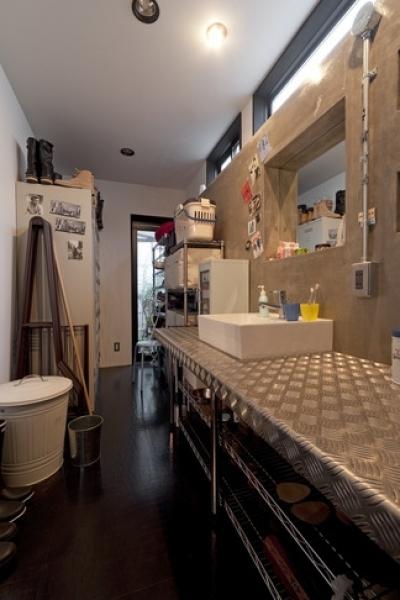 洗面所 (耐震性も断熱性も備えて好みのデザインで。木造をRC造や鉄骨造のような雰囲気に一新)
