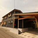 広いウッドデッキのある家の写真 外観 1