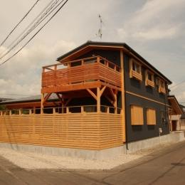広いウッドデッキのある家 (外観 2)