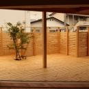 広いウッドデッキのある家の写真 テラス
