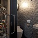 耐震性も断熱性も備えて好みのデザインで。木造をRC造や鉄骨造のような雰囲気に一新の写真 トイレ