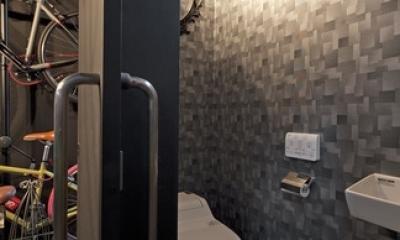 耐震性も断熱性も備えて好みのデザインで。木造をRC造や鉄骨造のような雰囲気に一新 (トイレ)