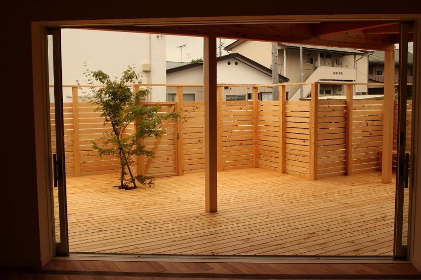 建築家:三浦弘勝「広いウッドデッキのある家」