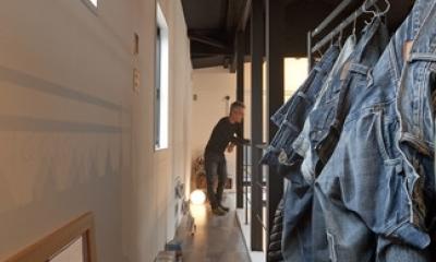 耐震性も断熱性も備えて好みのデザインで。木造をRC造や鉄骨造のような雰囲気に一新 (フリールーム)