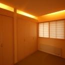 広いウッドデッキのある家の写真 和室 1
