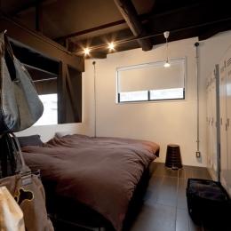 耐震性も断熱性も備えて好みのデザインで。木造をRC造や鉄骨造のような雰囲気に一新 (ベッドルーム)