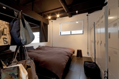 ベッドルーム (耐震性も断熱性も備えて好みのデザインで。木造をRC造や鉄骨造のような雰囲気に一新)