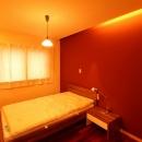 広いウッドデッキのある家の写真 寝室