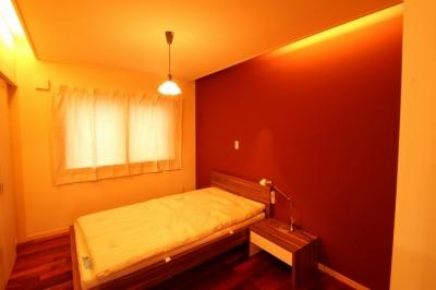 寝室 (広いウッドデッキのある家)