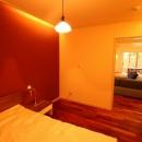 広いウッドデッキのある家の写真 寝室 2