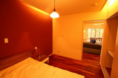 広いウッドデッキのある家 (寝室 2)