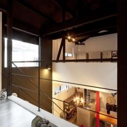 耐震性も断熱性も備えて好みのデザインで。木造をRC造や鉄骨造のような雰囲気に一新 (廊下2)