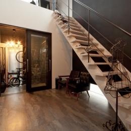 耐震性も断熱性も備えて好みのデザインで。木造をRC造や鉄骨造のような雰囲気に一新 (階段)