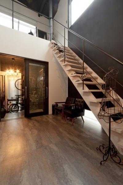階段 (耐震性も断熱性も備えて好みのデザインで。木造をRC造や鉄骨造のような雰囲気に一新)