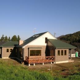 傾斜のある草原に建つ家 (外観 1)