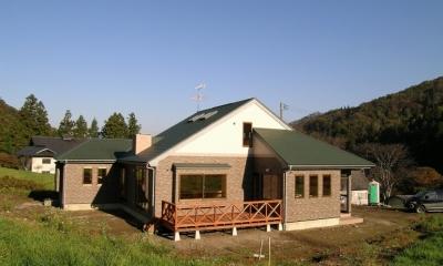 傾斜のある草原に建つ家