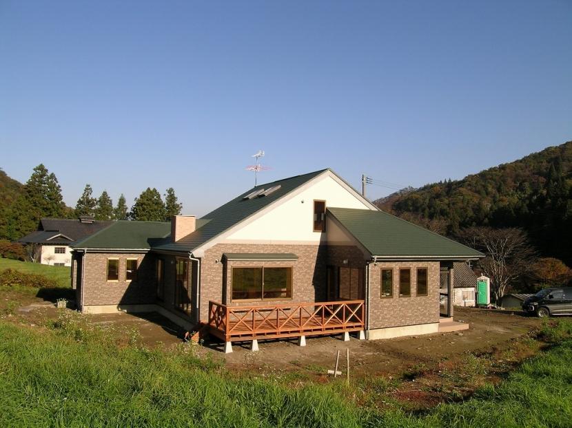傾斜のある草原に建つ家の部屋 外観 1