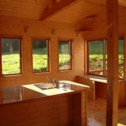 傾斜のある草原に建つ家 (ダイニング・キッチン)