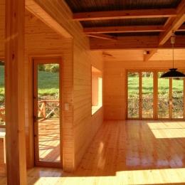 傾斜のある草原に建つ家 (リビング)
