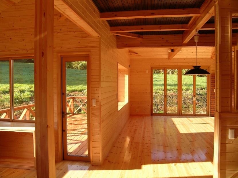 傾斜のある草原に建つ家の部屋 リビング
