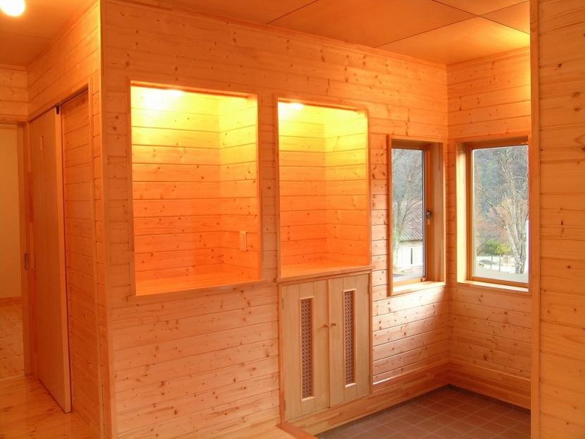 傾斜のある草原に建つ家の部屋 玄関