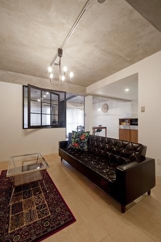 サブウェイタイルに造作洗面。自分好みのデザインと住み心地を追求した家にリノベーションの写真 リビング1