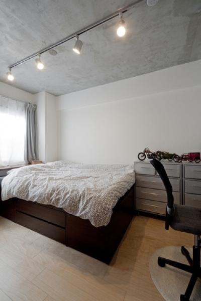 ベッドルーム (サブウェイタイルに造作洗面。自分好みのデザインと住み心地を追求した家にリノベーション)