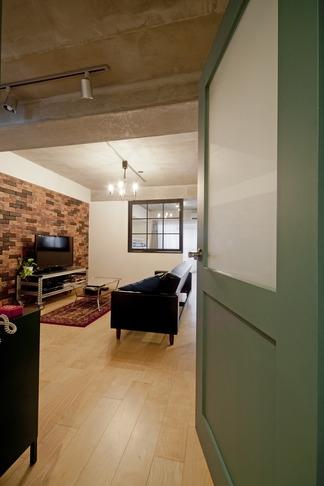 サブウェイタイルに造作洗面。自分好みのデザインと住み心地を追求した家にリノベーションの写真 リビング2