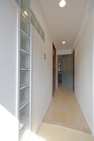 サブウェイタイルに造作洗面。自分好みのデザインと住み心地を追求した家にリノベーションの部屋 廊下1